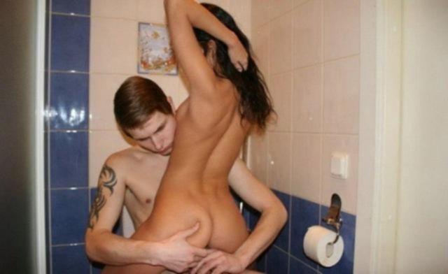 Темноволосая Ксюша занимается сексом в туалете