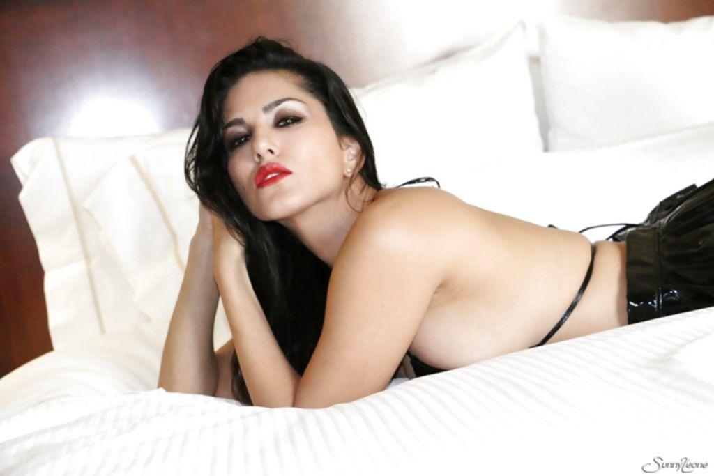 Сексуальная модель из Индии Sunny Leone позирует в постели
