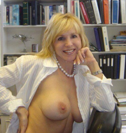Сексуальные мамки показывают голые сиськи