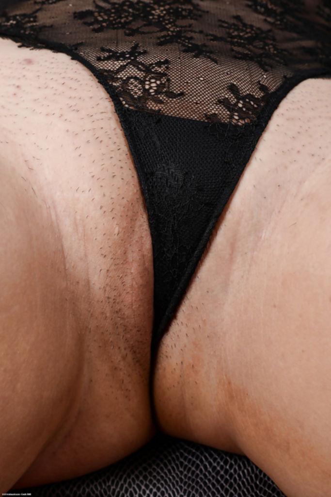 Толстая дева выставила интимные прелести на показ