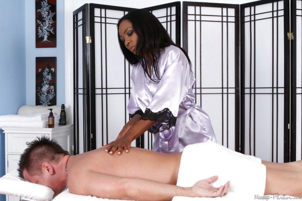 Во время массажа роскошная мулатка подарила мужику минет
