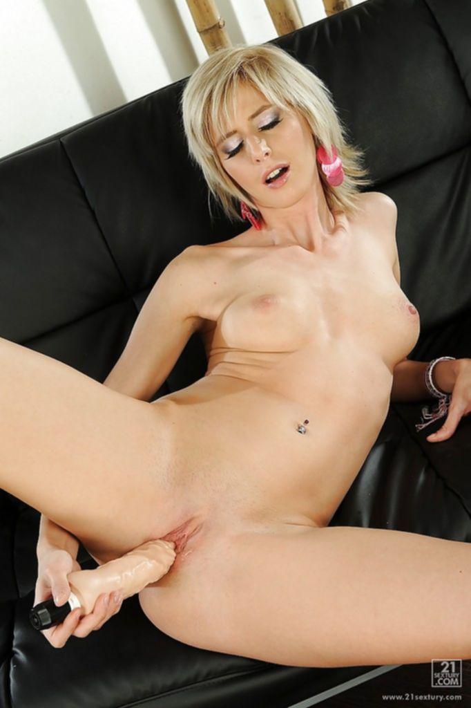Блонда вторгается во влагалище любимой секс игрушкой