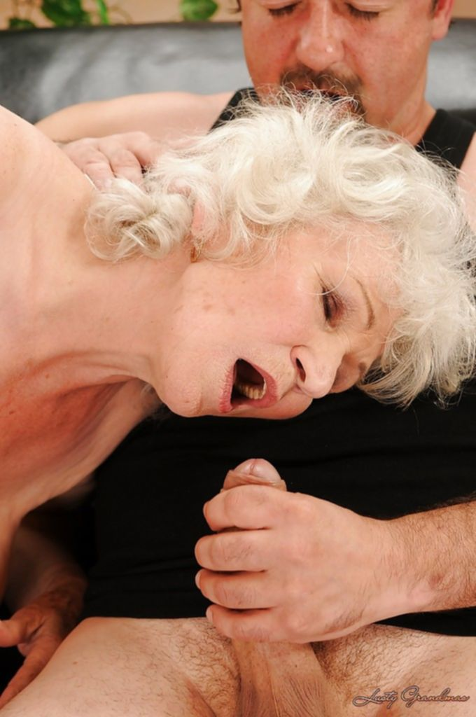 Бородатый мужик оттрахал похотливую старушку в чулках
