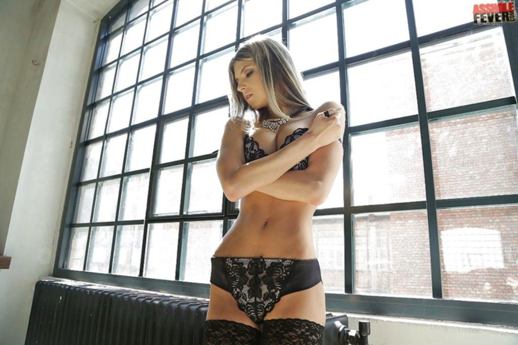 Сексуальная модель блеснула аппетитными дырочками