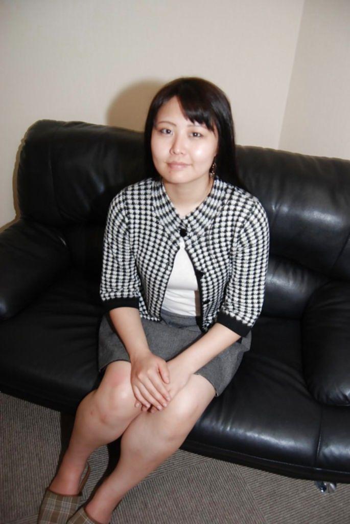 Низенькая азиатка засунула вибратор под трусики что бы подрочить