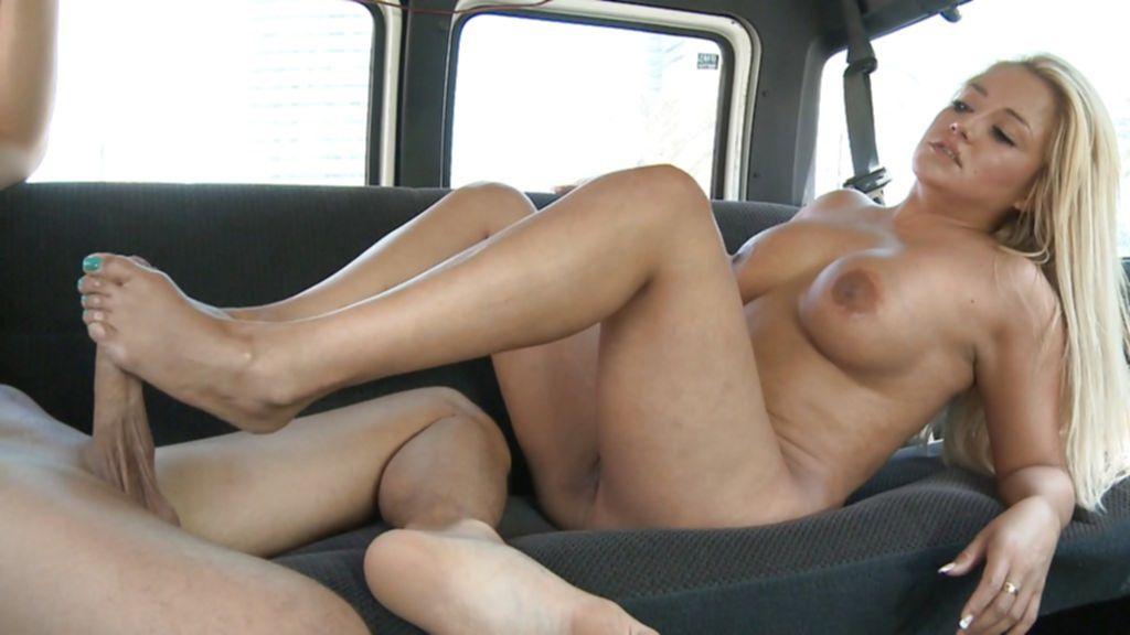 Чувак в автомобиле отодрал белокурую давалку