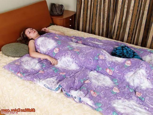 Папаша вошел в свою спящую дочь