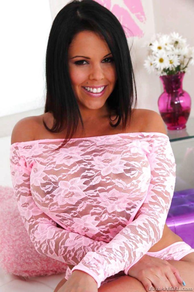 Смелая латинка в розовом белье раздевается на белом диване