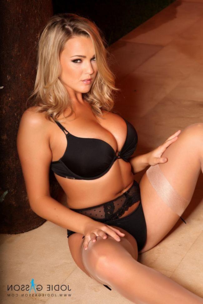Jodie Gasson в сексуальных телесных чулках