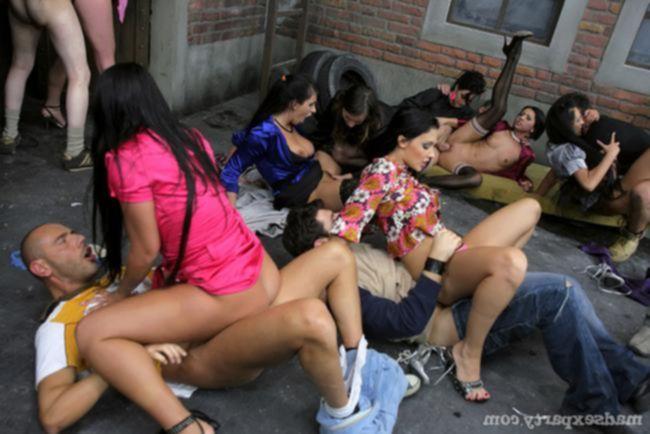 Вечеринка и много пьяных девушек