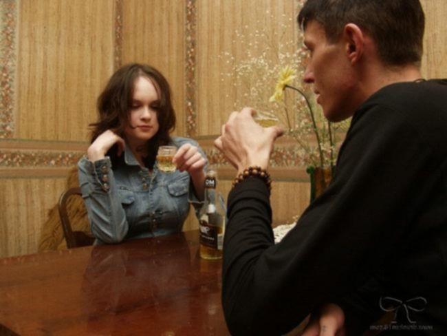 Пьяная крошка играет с бутылкой