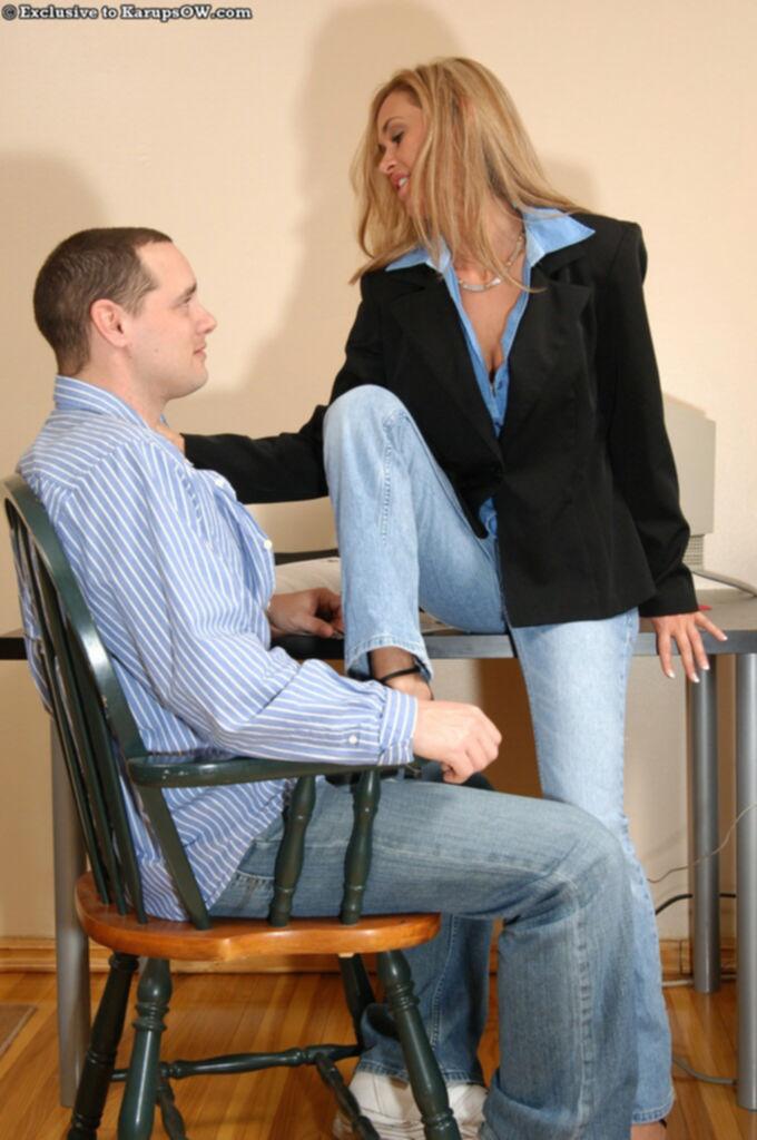 Блондинка в офисе отсосала член сотрудника с камшотом