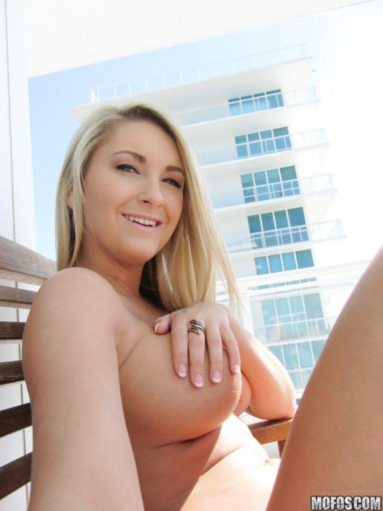 Откровенные селфи 20летней американки с курорта