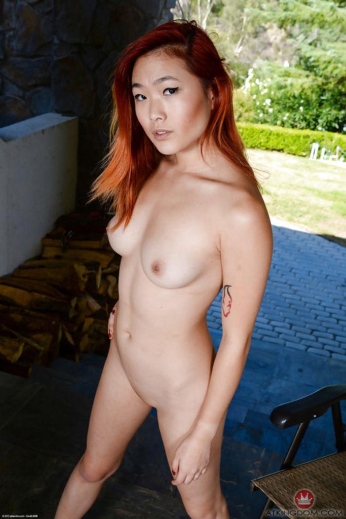 Рыжая азиатка голышом на стуле