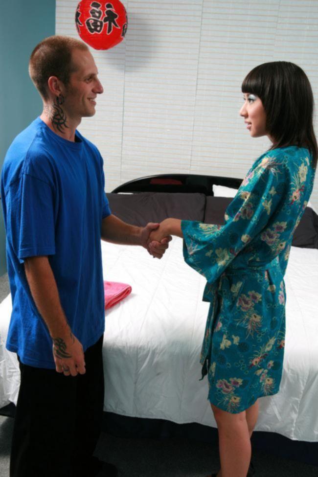 Парень по вызову отодрал азиатку с маленькой грудью на кровате