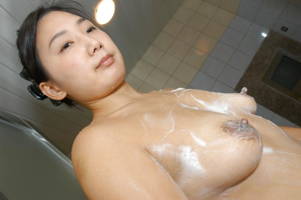 Голая азиатка купается в душе