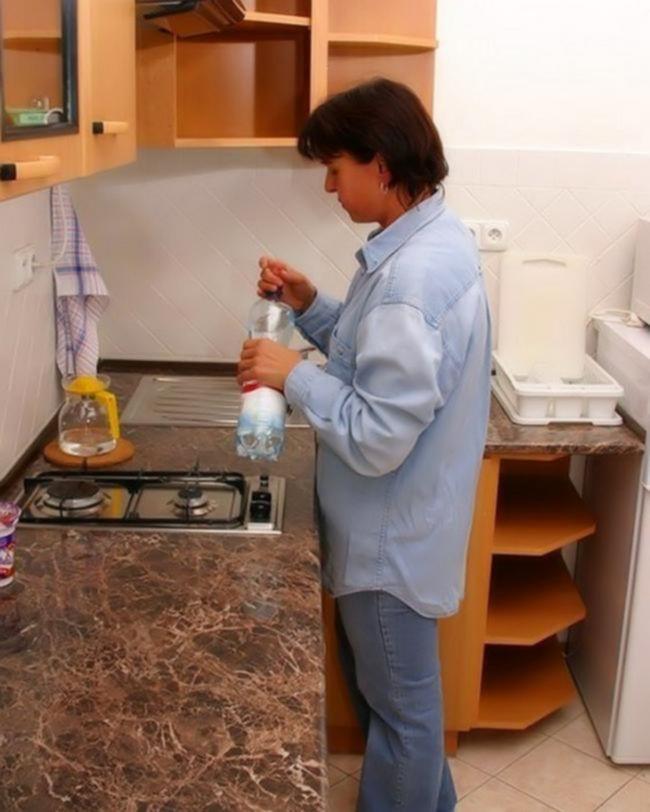 Зрелая мамочка отдалась своему сыну на кухонном столе