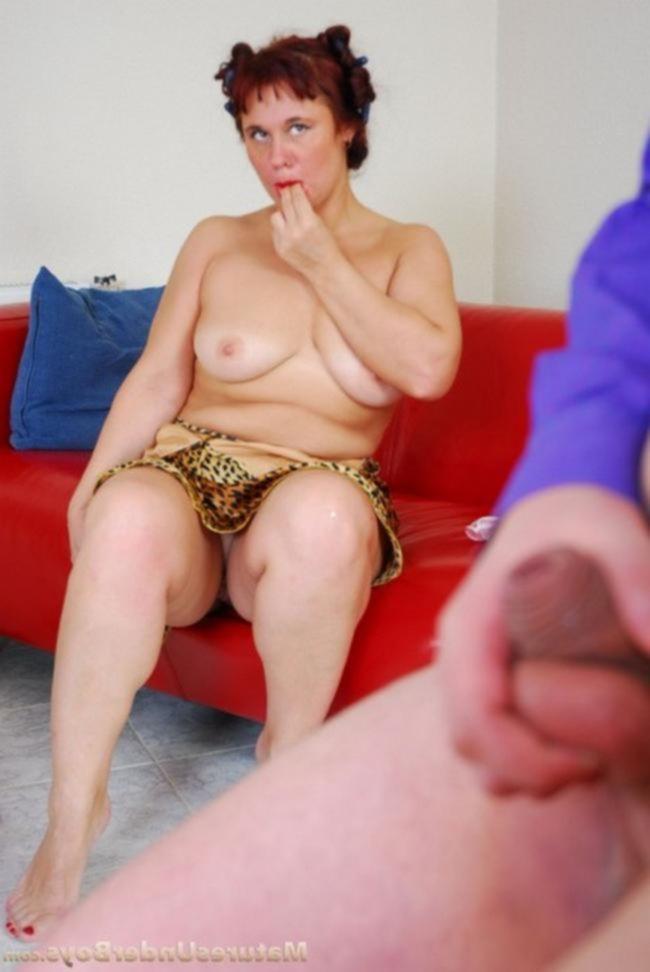 Рыжую мать трахает сын на диване