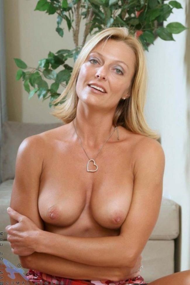 Зрелая мамочка Брэнда Джеймс показывает красивую киску
