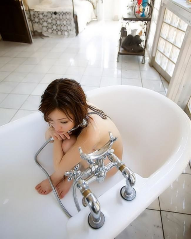 Шикарные приключения азиатки в ванной