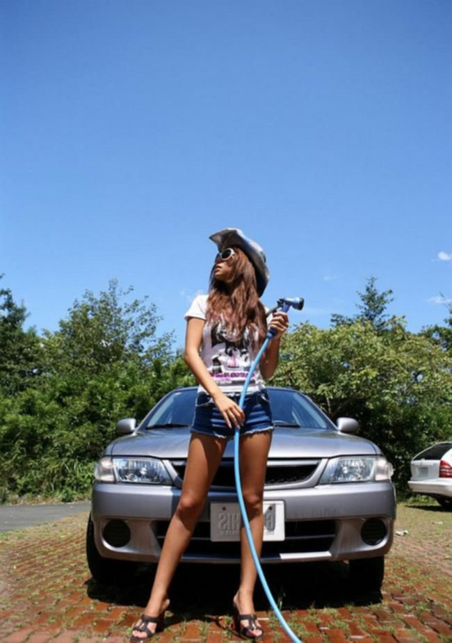 Молоденькая азиатка эротично моет машину