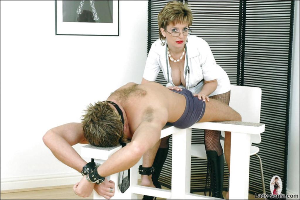 Зрелая мадам упражняется в искустве делания минета