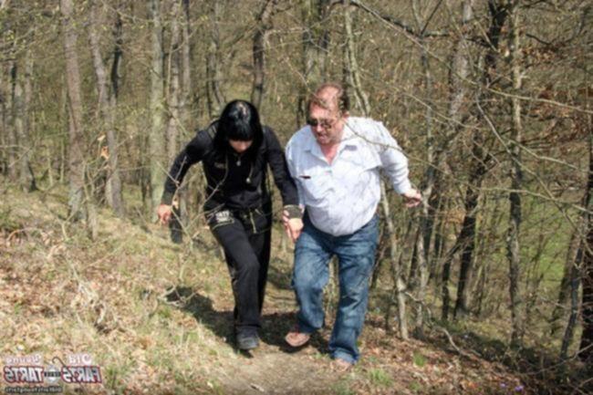 Папа имеет дочь Свету в лесу