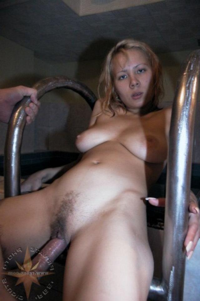 Девчонка сосет пенис в бассейне