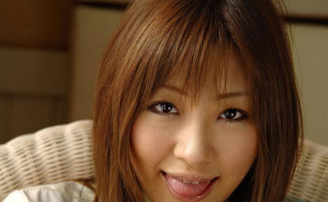 Азиатская школьница показывает не бритую пизду на диванчике