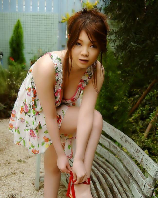 Азиатка с обвисшей большой грудью ищет приключений на свою жопу
