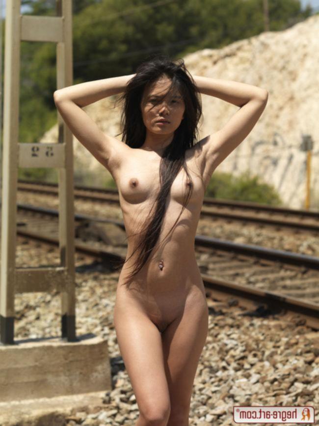 Молоденькая азиатка разделась и показала свое тело на железной дороге