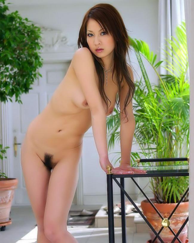 Классная азиаточка показывает большую грудь и не бритую пизду