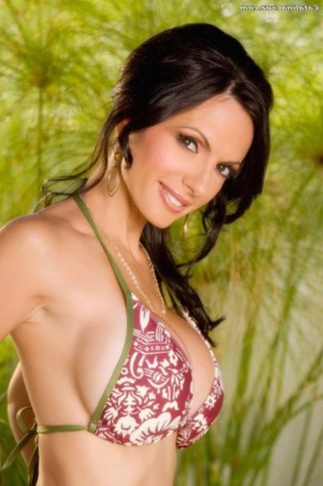 Catalina Cruz снимает красно белое бикини