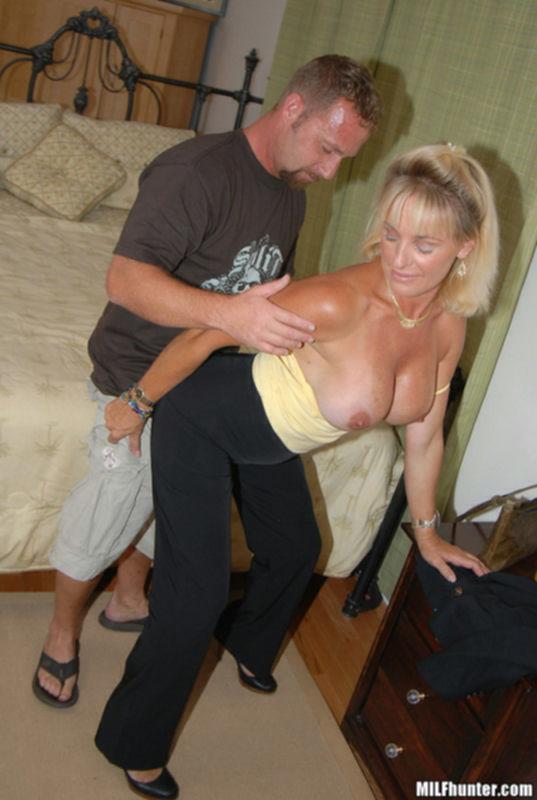 Зрелая дама отсосала у владельца магазина
