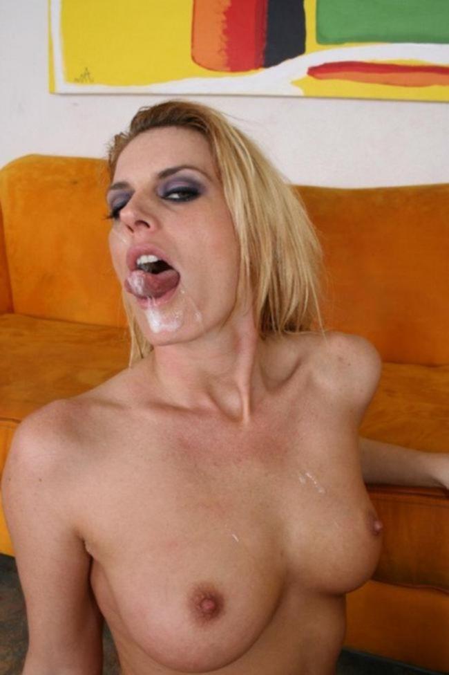 Сексуальная мамаша жестко трахается с сыном Владом