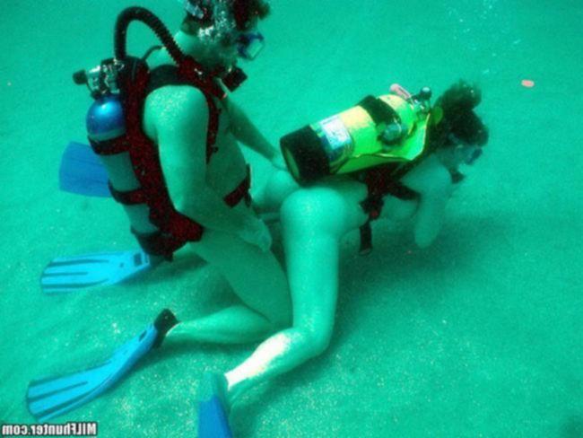 Сын Андрей трахает маму под водой